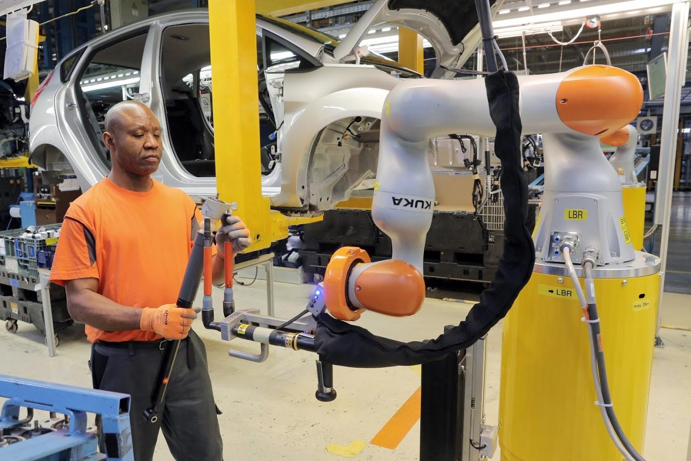 Nella fabbrica tedesca Ford, dove i robot aiutano l'uomo