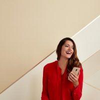ragazza con in mano lo smartphone Lenovo Moto m
