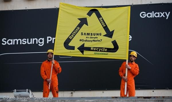 Attivisti durante lo scorso MWC17