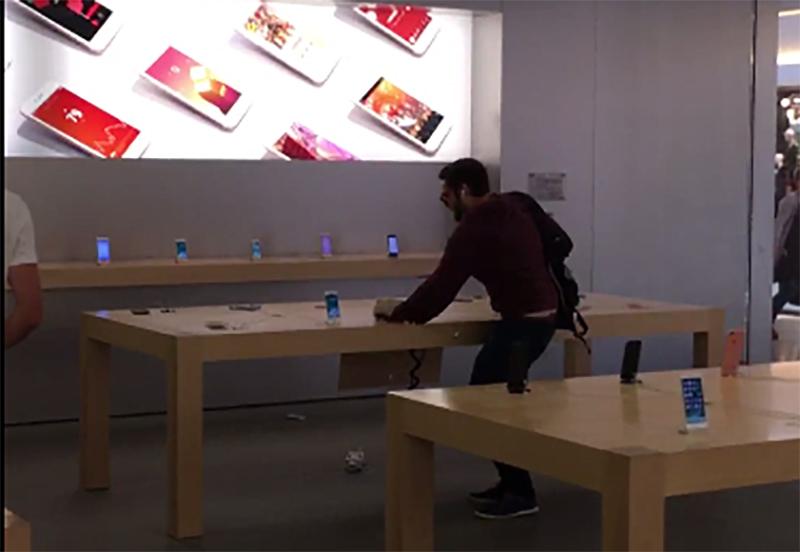 Uomo distrugge iPhone in francia