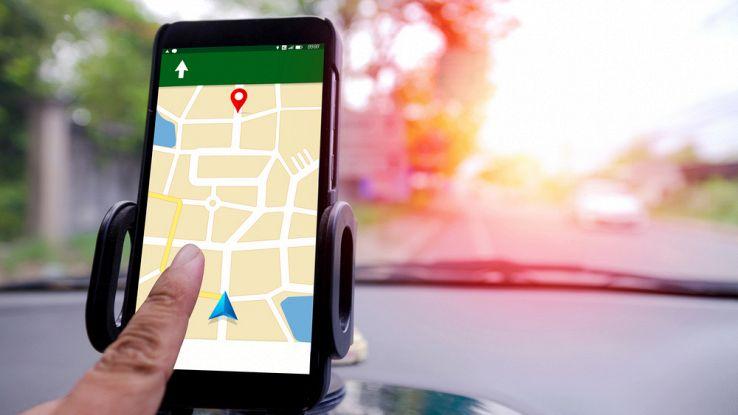 guida-con-la-mappa-di-uno-smartphone